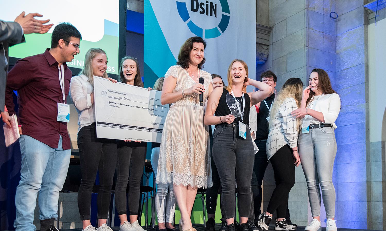 Dorothee Bär vergibt Preis des Jugendwettbewerbs myDigitalWorld 2021