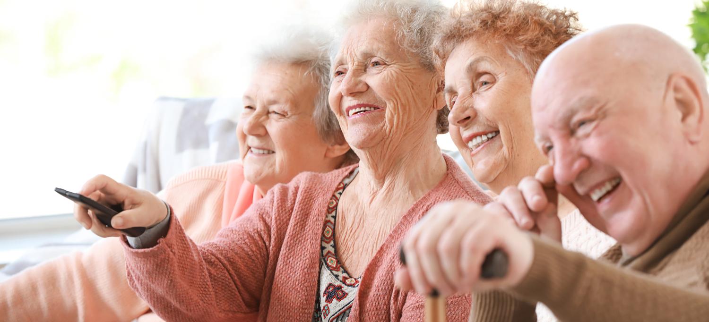 Seniorengruppe schaut TV