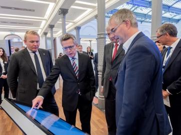 Bundesminister de Maizière testet die Selbstlernkurse der Digitalen Nachbarschaft