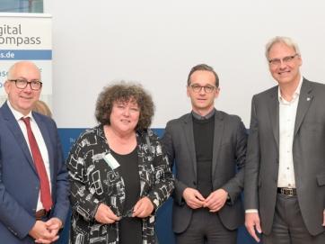 Staatssekretär im BMJV Gerd Billen, Vorstandsmitglied BAGSO Dr. Regina Görner, Bundesminister Heiko Maas und Vorstandsvorsitzender DsiN Dr. Thomas Kremer