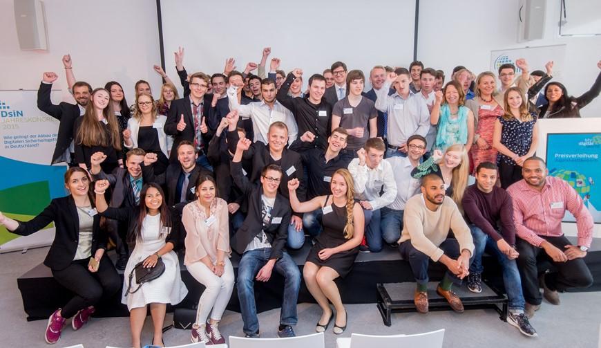 Gruppenbild der Nominierten mit Staatssekretär Dr. Ole Schröder. Der Staatssekretär beim BMI hatte die Preisträger des Jugendwettbewerbs gekürt.