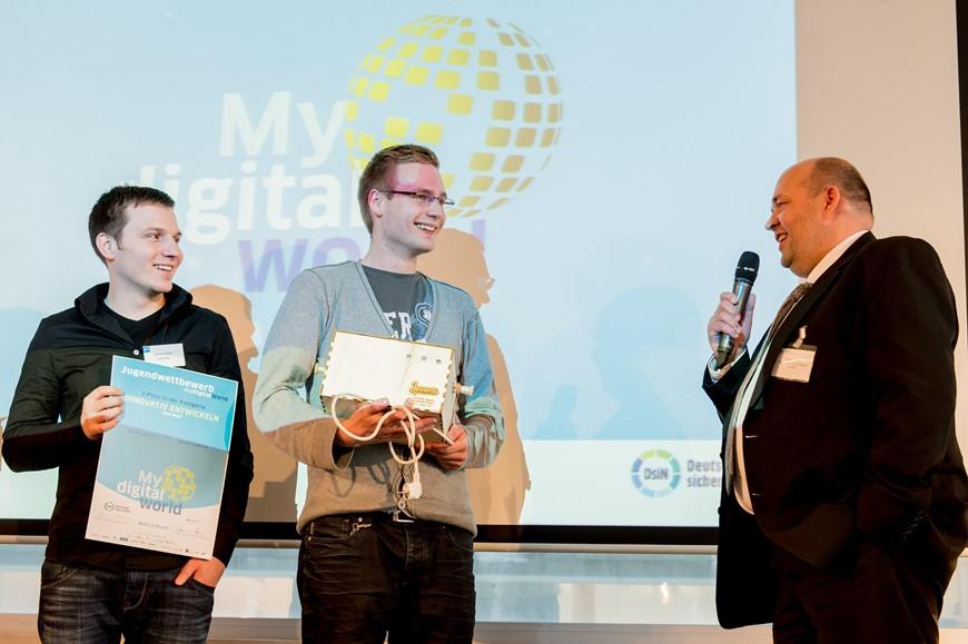 """Begeistert vom interaktiven Geschicklichkeitsspiel """"OpenWall"""": Frank Giessen (Symantec), 1.v.r., lädt die 2. Gewinner der Kategorie """"Innovativ Entwickeln"""" zu einer Reise nach London ein."""