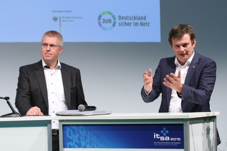 Dirk Heitepriem (rechts), BlackBerry, hob die Bedeutung der IT-Sicherheit in der Mobilfunkbranche hervor.
