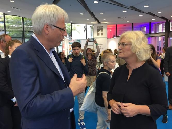 DsiN-Vorstandsvorsitzender Dr. Thomas Kremer im Gespräch mit Bundesministerin für Justiz und Verbraucherschutz Christine Lambrecht
