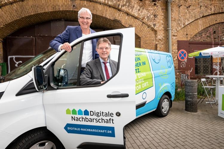 DsiN-Vorstandsvorsitzender Dr. Thomas Kremer und Innenstaatssekretär Klaus Vitt besichtigten die neuen DiNa-Mobile