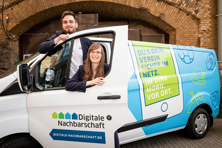 Unsere DiNa-Mobilreferenten Petra Rollfing und Robert Ossenkopp im DiNa-Mobil