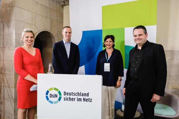 v.l.n.r.: Dr. Sarah Tacke (Moderatorin), Markus Richter (Beauftragter der Bundesregierung für Informationstechnik), Susanne Diehm (DsiN-Mitglied SAP Deutschland), Thomas Tschersich (DsiN-Vorstandsvorsitzender)