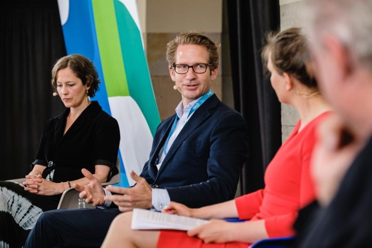 DsiN-jahreskongres-2021-Abschlusspanel: Katharina Kunze (DsiN-Projektleiterin), Steffen Ganders (DsiN-Mitglied Samsung), Dr. Sarah Tacke (Moderation), Prof. Dr. Christian Kastrop (BMJV-Staatssekretär)