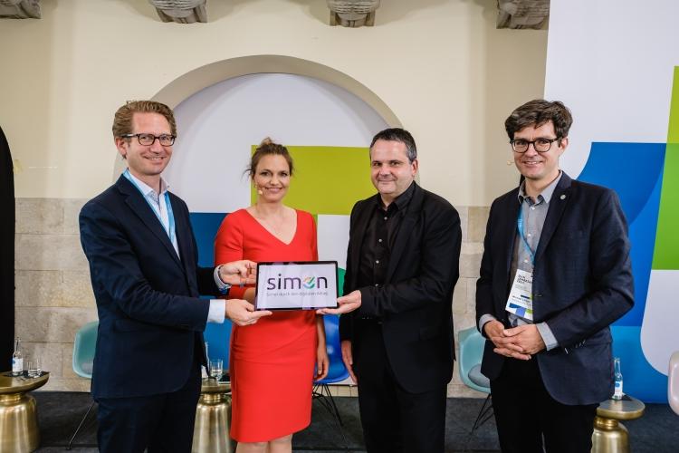 Vorstellung von Simon - sicher durch den digitalen Alltag mit Steffen Ganders (DsiN-Mitglied Samsung), Dr. Sarah Tacke (Moderatorin), Thomas Tschersich (DsiN-Vorstandsvorsitzender), Dr. Michael Littger (DsiN-Geschäftsführer)
