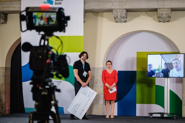 myDigitalWorld-Preisverleihung mit Daniel Grien vom Wettbewerbspaten dem Deutschen Kinderschutzbund