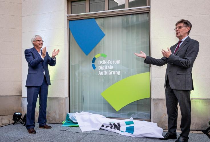 Das DsiN-Forum Digitale Aufklärung ist eröffnet. DsiN-Vorstandsvorsitzender Dr. Thomas Kremer und Innenstaatssekretär Klaus Vitt