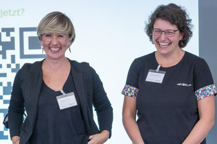 Verleihung des Digitalen Vereinsmeiers 2021 - Personen v.l.n.r.: Johanna Sattler, Sumaya Bohmerich (beide DsiN e.V., Digitale Nachbarschaft)