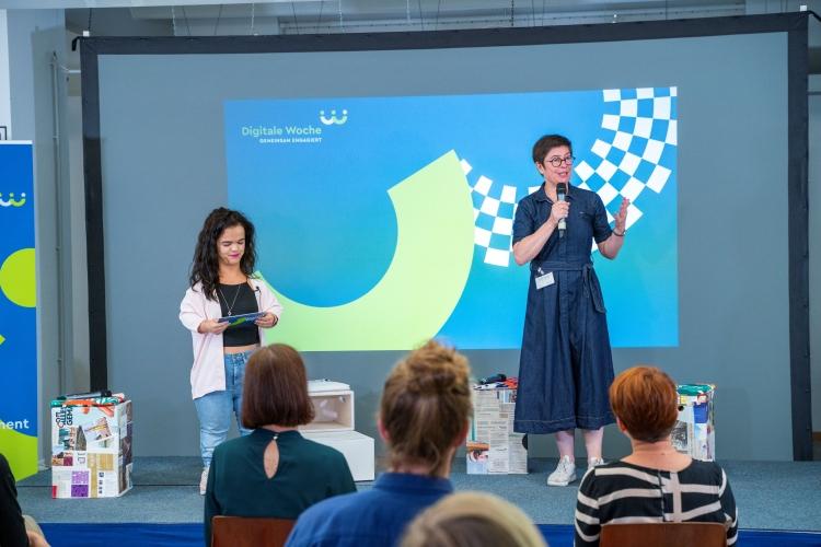 Verleihung des Digitalen Vereinsmeiers 2021 - Personen v.l.n.r.: Moderatorin Janina Nagel, Stefanie Trzecinski (KOPF, HAND + FUSS gGmbH, TUECHTIG - Raum für Inklusion)