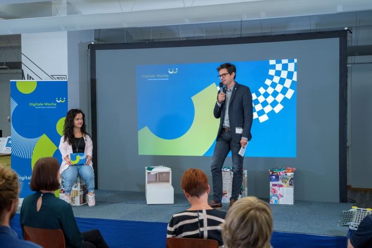 Verleihung des Digitalen Vereinsmeiers 2021 - Personen v.l.n.r.: Moderatorin Janina Nagel, Dr. Michael Littger (DsiN e.V.)