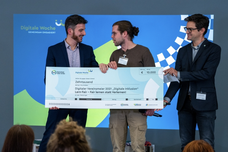 Verleihung des Digitalen Vereinsmeiers 2021, Personen v.l.n.r: Dr. Nils Weichert (DsiN e.V.), Lukas Pin (Lern-Fair), Dr. Michael Littger (DsiN e.V.)