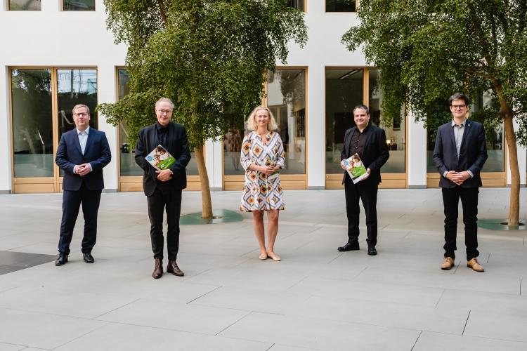 Vorstellung des DsiN-Sicherheitsindex 2021, v.l.n.r. Tobias Weber (Kantar), Prof. Dr. Christian Kastrop (Staatssekretär BMJV), Serena Holm (DsiN-Mitglied Schufa Holding), Thomas Tschersich (DsiN-Vorstandsvorsitzender), Dr. Michael Littger (DsiN)