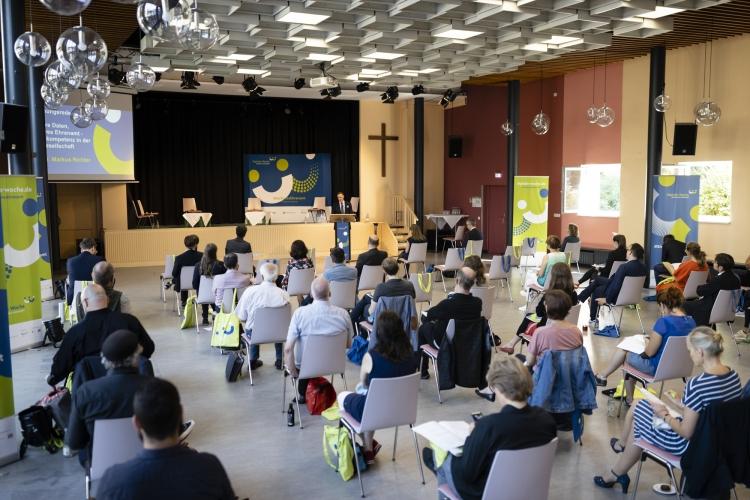 Staatsekretär beim Bundesministerium des Inneren, für Bau und Heimat, Dr. Markus Richter steht am Podium und spricht zum Publikum.
