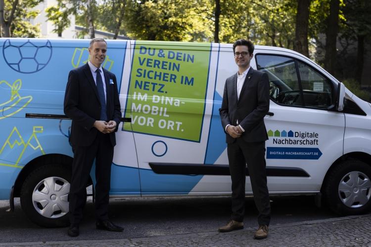 Dr. Markus Richter, Staatsekretär beim Bundesministerium des Inneren, für Bau und Heimat, Dr. Markus Richter und DsiN-Geschäftsführer Dr. Michael Littger vorm DiNa-Mobil. (v.l.)