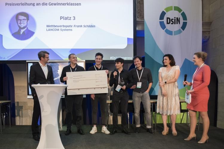 Platz 3 bei myDigitalWorld 2019, überreicht von Frank Schilden vom Wettbewerbspaten LANCOM Systems