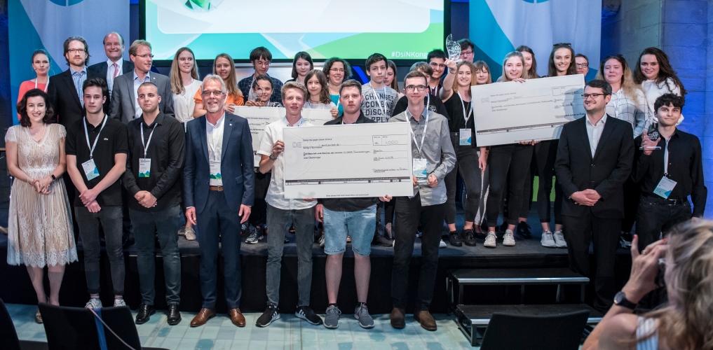 Staatsministerin und myDigitalWorld-Schirmherrin Dorothee Bär gemeinsam mit den Wettbewerbspaten und Gewinnerklassen 2019