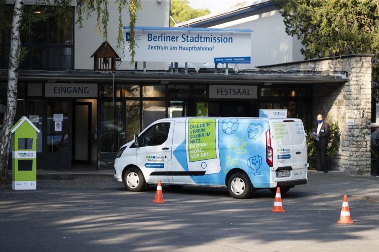 Das DiNa-Mobil, ein Van, vor dem Eingang der Berliner Stadtmission.