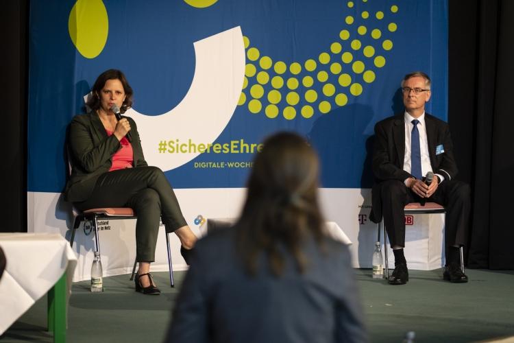 Beim ersten Panel: Juliane Seifert, Staatssekretärin im Bundesministerium für Familie, Senioren, Frauen und Jugend, Andreas Köhnen, Ministerialdirektor und Abteilungsleiter Cyber- und Informationssicherheit im BMI.