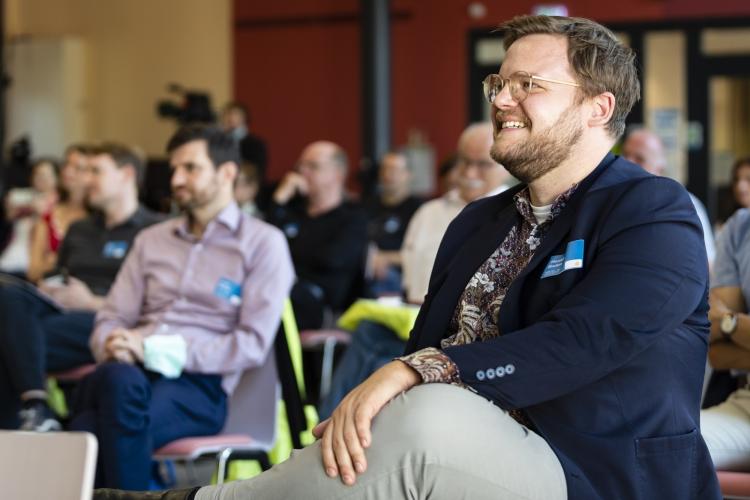 Henning Baden, DsiN-Bereichsleiter und Projektleiter der Digitalen Nachbarschaft verfolgt den Poetry-Slam.