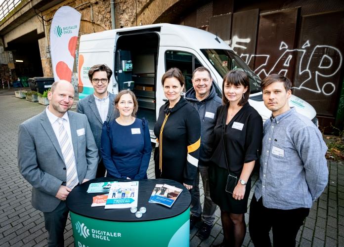 Das Team des Digitalen Engel mit Staatssekretärin im Bundesministerium für Familie, Senioren, Frauen und Jugend Juliane Seifert in Berlin