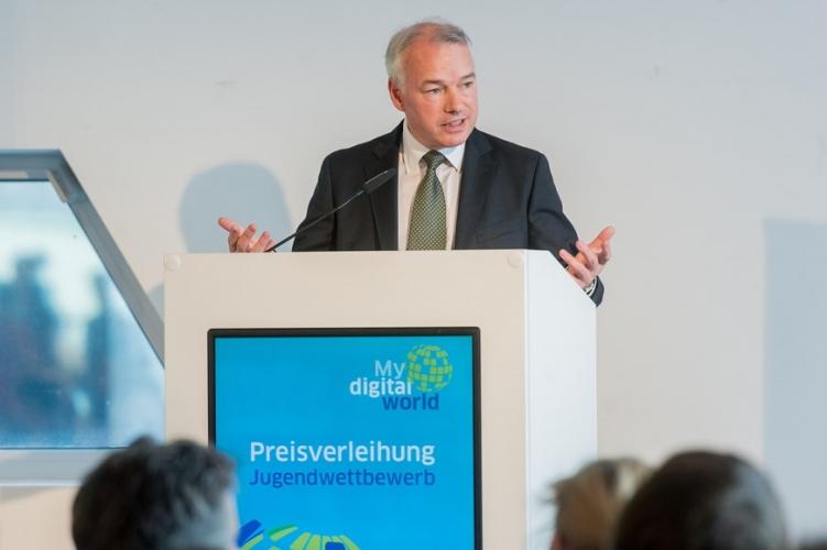 DsiN-Vorstand Alastair Bruce (Geschäftsführer Microsoft Deutschland) würdigte in seiner Ansprache das jugendliche Engagment für Netzsicherheit.