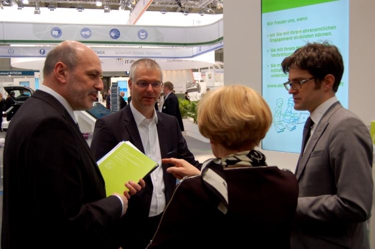 DsiN-Vorsitzender Dr. Wieland Holfelder und DsiN-Geschäftsführer Dr. Michael Littger stellen aktuelle Projekte vor.