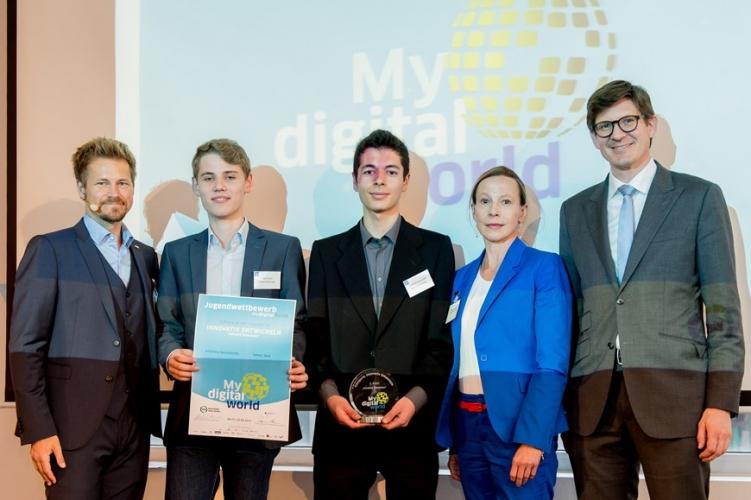 """Anne Haufschulz (Bundesdruckerei), 2.v.r, prämierte zusammen mit Pst. Schröder, 1.v.r., die Sieger in der Kategorie """"innovativ Entwickeln"""", die Gruppe """"Network Moonzean"""", mitte, 2.v.l."""