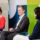 """Eröffnungspanel auf dem DsiN-Jahreskongress: v.l.n.r. Dr. Sarah Tacke (Moderation), Dr. Tobias Miethaner (Abteilungsleiter """"Digitale Gesellschaft im BMVI), Susanne Diehm (DsiN-Mitglied SAP-Deutschland)"""