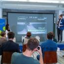 Verleihung des Digitalen Vereinsmeiers 2021 - Personen auf der Bühne v.l.n.r.: Moderatorin Janina Nagel, Helge Inselmann (SOZIALHELDEN e.V., wheelmap.org)