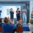 Verleihung des Digitalen Vereinsmeiers 2021 - Personen auf der Bühne v.l.n.r.: Petra Rollfing, Johanna Sattler, Sumaya Bohmerich, Gökhan Karabulut (alle DsiN e.V., Digitale Nachbarschaft), Moderatorin Janina Nagel