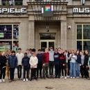 Die Die achte Klasse des Goethe-Gymnasiums in Frankfurt am Main vor dem Computerspielemuseum Berlin