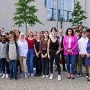 Die achte Klasse des Goethe-Gymnasiums in Frankfurt am Main mit myDigitalWorld mit Wettbewerbspatin und Ministerin für Digitales, Dorothee Bär