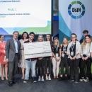 DsiN-Vorstand Stephan Micklitz, Director of Engineering bei Wettbewerbspaten Google mit der Gewinnerklasse von myDigitalWorld 2019