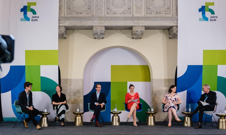 DsiN-Jahreskongress 2021 Abschlusspanel: Dr. Michael Littger, Katharina Kunze, Dr. Sarah Tacke, Steffen Ganders, Juliane Seifert, Prof. Dr. Christian Kastrop