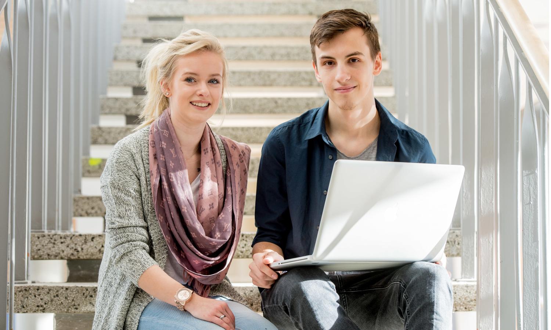 Bottom-Up: Eine Berufsschülerin und ein Berufsschüler am Laptop
