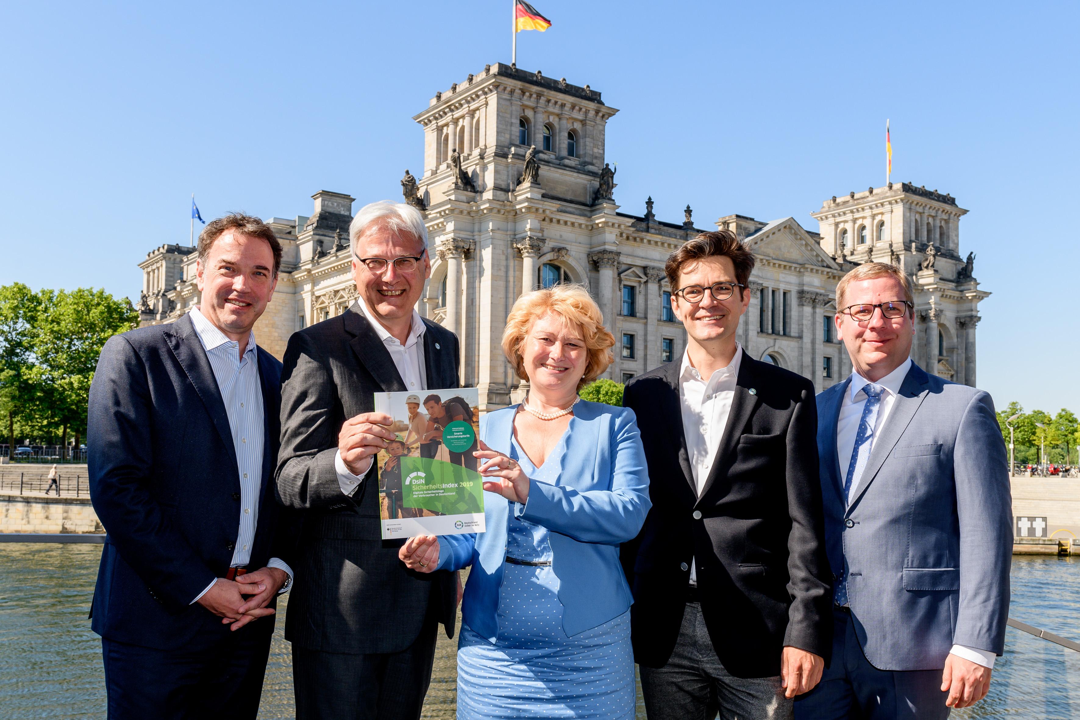 icherheit für Verbraucher in Deutschland: Dr. David Stachon (Generali), Dr. Thomas Kremer (DsiN-Vorstandsvorsitzender), Rita Hagl-Kehl (BMJV), Dr. Michael Littger (DsiN-Geschäftsführer) und Tobias Weber (Kantar), DsiN-Sicherheitsindex 2019