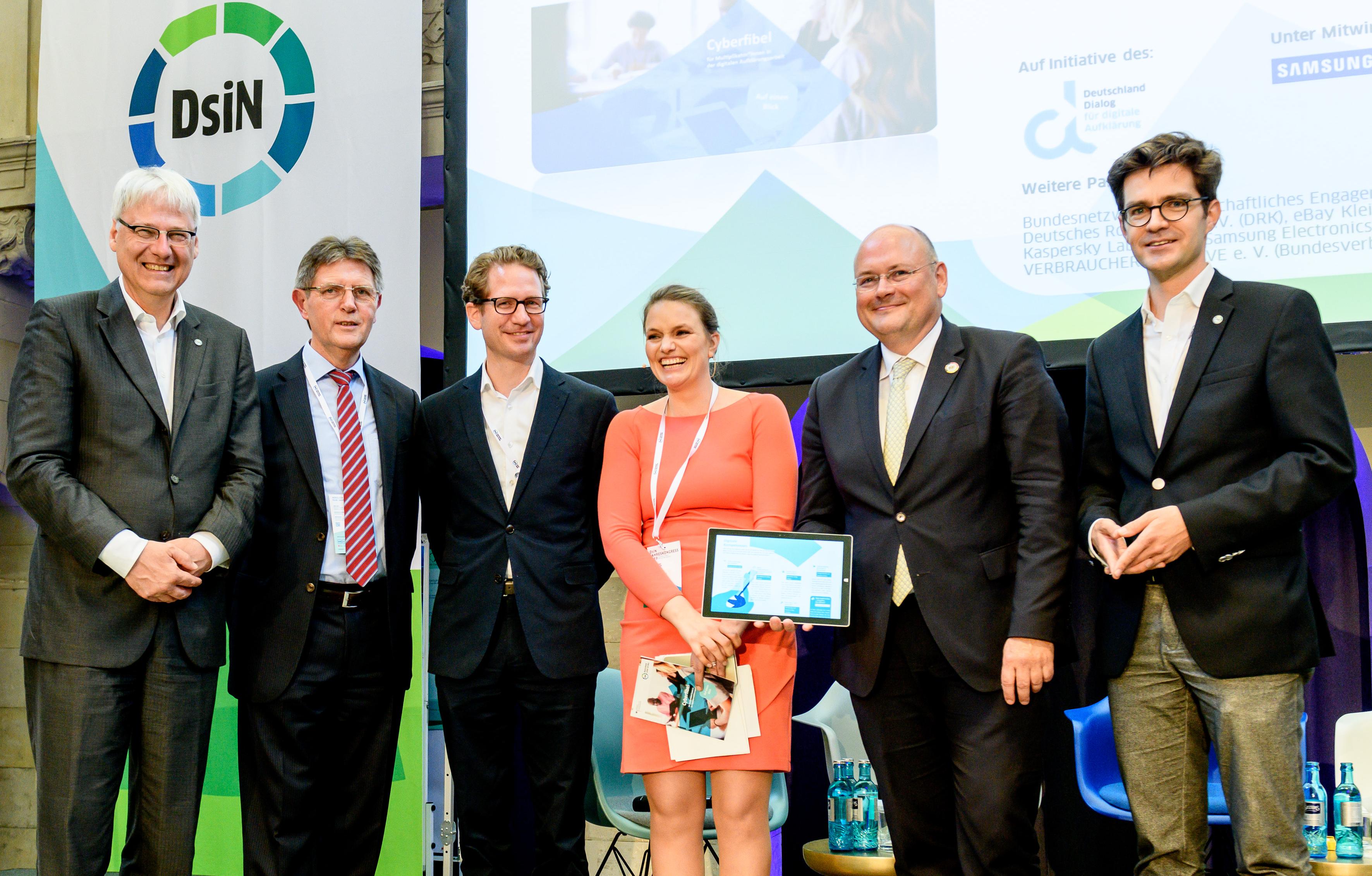 Zum DsiN-Jahreskongress 2019 wurde die DsiN-BSI-Cyberfiebel erstmals von Dr. Thomas Kremer, Klaus Vitt (BMI), Steffen Ganders (Samsung), Dr. Sarah Tacke, BSI-Präsident Arne Schönbohm und Dr. Michael Littger vorgestellt