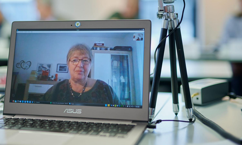 Der Digitale Engel geht auf Tour: Bild zeigt Seniorin im Video-Chat