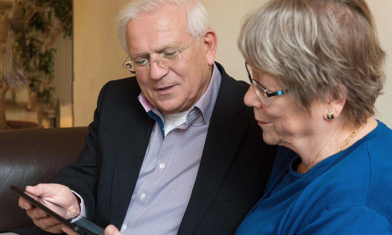 Goldener Internetpreis 2021: Eine Seniorin und ein Senior nutzen gemeinsam ein Tablet
