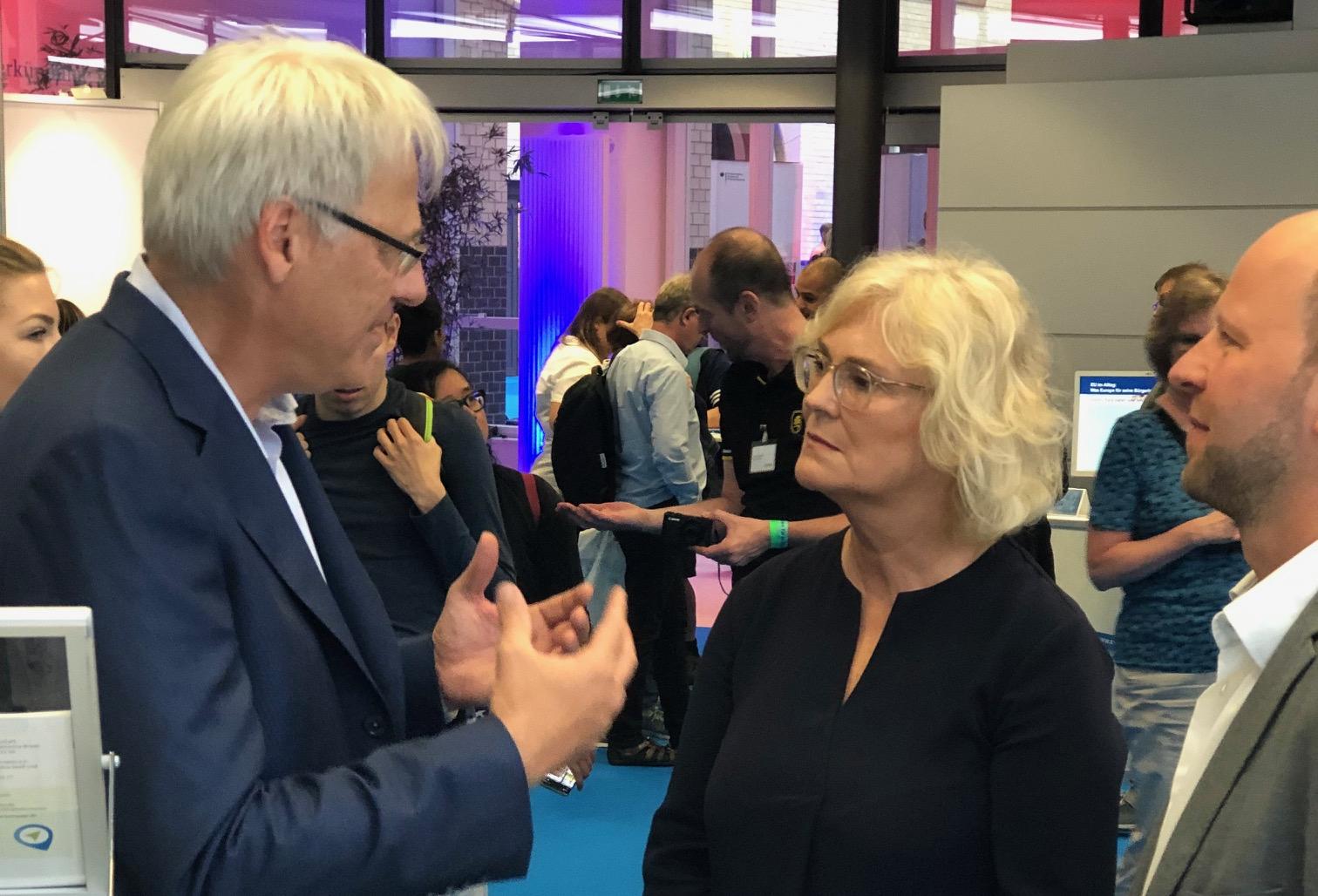DsiN-Vorstandsvorsitzender Dr. Thomas Kremer im Gespräch mit Bundesministerin für Justiz und Verbraucherschutz Christine Lambrecht und Joachim Schulte vom Digital-Kompass