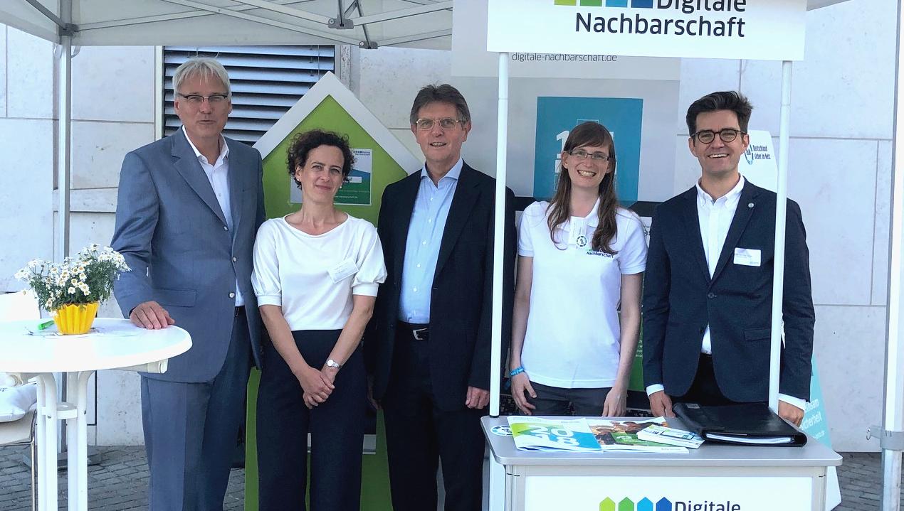 Tag der offenen Tür der Bundesregierung im BMI: DsiN-Vorstandsvorsitzender Dr. Thomas Kremer mit Eileen Fuchs, StS Klaus Vitt, dem DiNa-Team und DsiN-Geschäftsführer Dr. Michael Littger