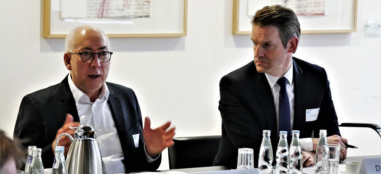 Gerd Billen und Dr. Daniel Holz im Leitungsausschuss