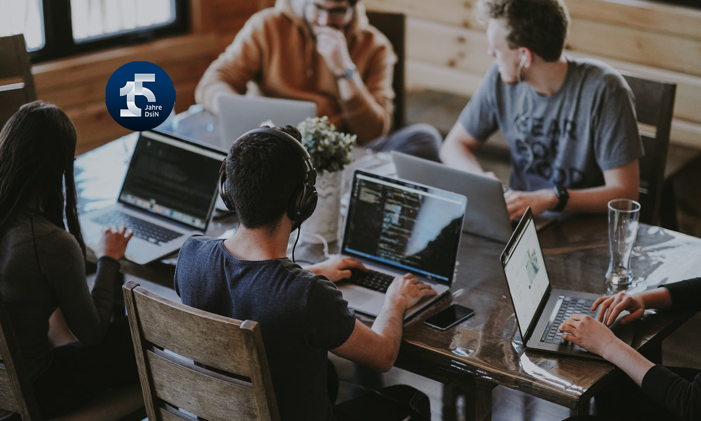 Digitaler Arbeitsplatz im Büro: Menschen um einen Tisch, DsiN-Jahreskongress 2021