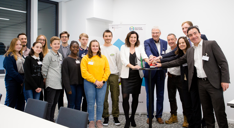 Schirmherrin und Staatsministerin für Digitalisierung Dorothee Bär gab gemeinsam mit Schülerinnen und Schülern den Startschuss für den Jugendwettbewerb myDigitalWorld 2019-2020