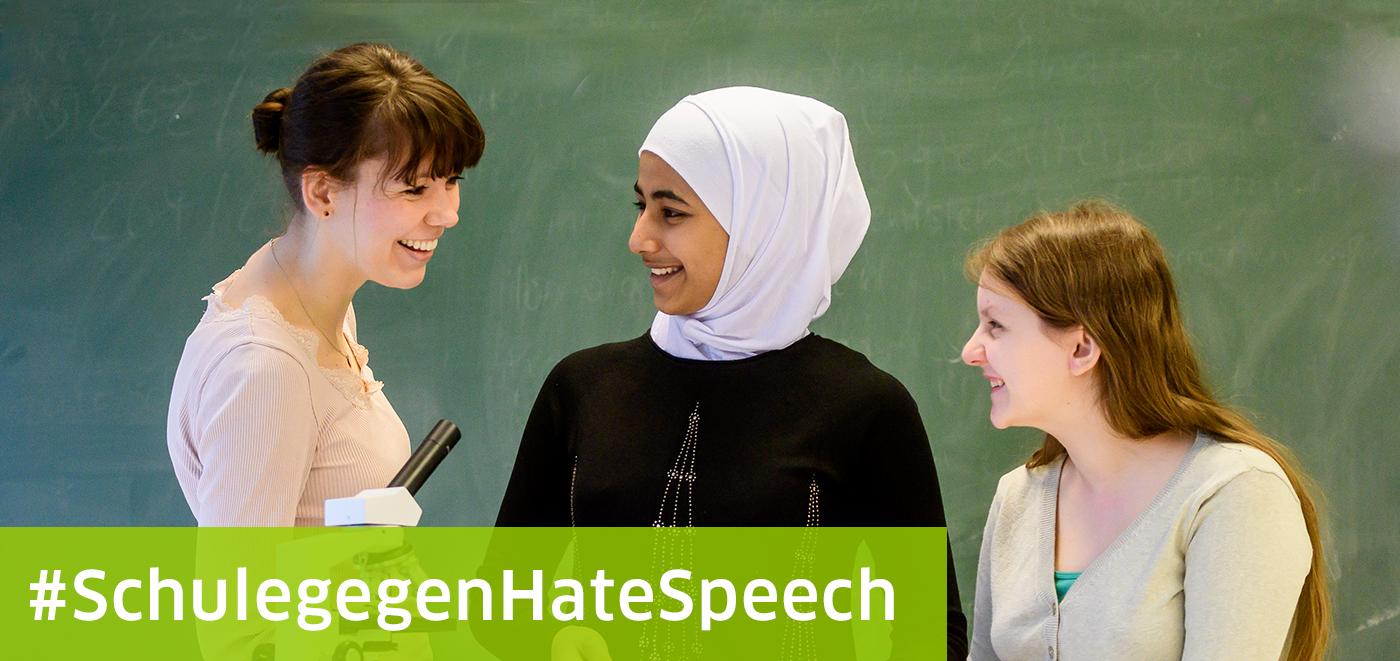 DigiBitS Initiative Schule Gegen Hate Speech: Lehrerin im Gespräch mit Schülerinnen