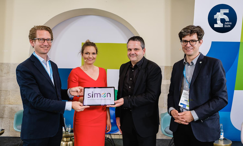v.l.n.r.: Steffen Ganders, Dr. Sarah Tacke, Thomas Tschersich und Dr. Michael Littger bei der Vorstellung der Simon-App